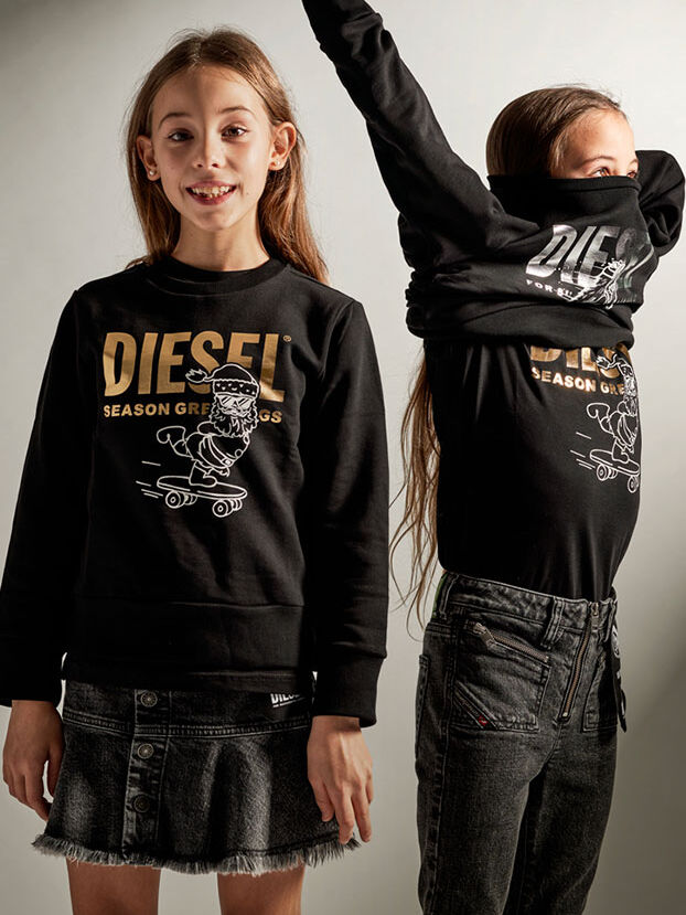 https://dk.diesel.com/dw/image/v2/BBLG_PRD/on/demandware.static/-/Library-Sites-DieselMFSharedLibrary/default/dw5dcb846d/CATEGORYOV/2x2-kid-xmas-6.jpg?sw=622&sh=829