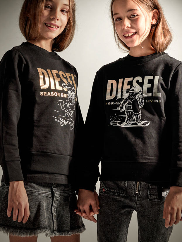 https://dk.diesel.com/dw/image/v2/BBLG_PRD/on/demandware.static/-/Library-Sites-DieselMFSharedLibrary/default/dw7656eb0a/CATEGORYOV/2x2-kid-xmas-7.jpg?sw=622&sh=829